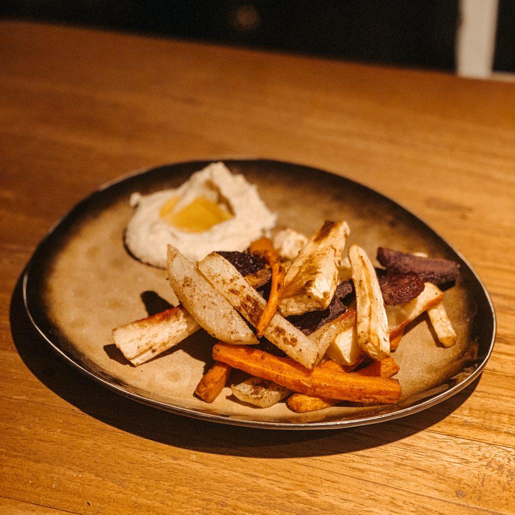 Soulfood Rezepte: Buntes Ofengemüse mit selbstgemachtem Hummus (vegan)