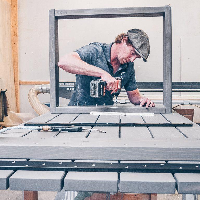 Nachhaltige Möbelfertigung in der Werkstatt von Herr Lars