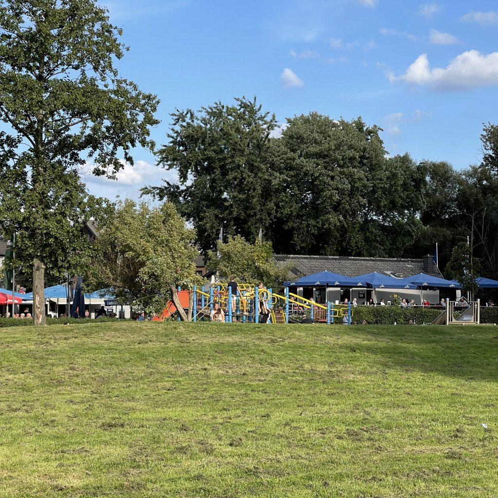 Kostengünstige Ausflüge rund um Köln mit Kindern: Spielplatz und Biergarten in Hitdorf