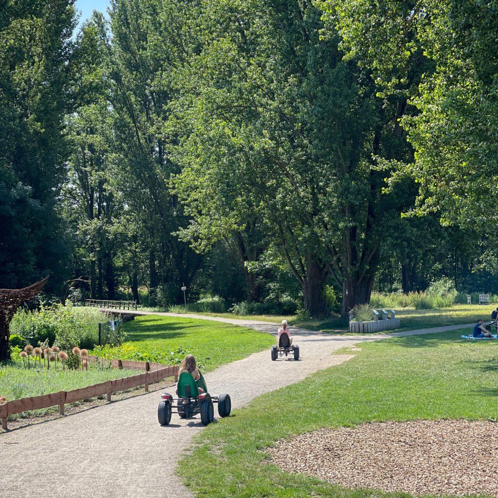 Kostengünstige Ausflüge rund um Köln mit Kindern: Kettcarfahren im Rheinpark